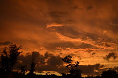 Пасмурное оранжевое небо на заходе солнца стоковое изображение