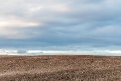 пасмурное поле вспахало небо стоковые фотографии rf