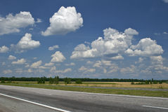 пасмурное пустое небо дороги Стоковая Фотография RF