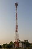 пасмурное село башни неба связи Стоковые Фото