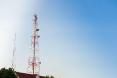 пасмурное село башни неба связи Стоковые Изображения RF