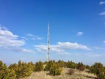 пасмурное село башни неба связи Стоковое Фото