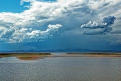 Пасмурное темное небо над озером стоковая фотография rf