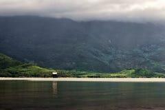 Пасмурное утро в mouuntains Азии около озера Стоковые Фото