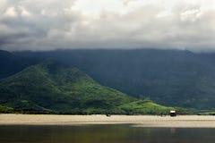 Пасмурное утро в mouuntains Азии около озера Стоковая Фотография RF