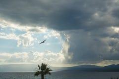пасмурно над небом моря стоковая фотография rf