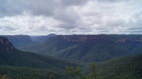 Пасмурные горы сини Сиднея стоковое фото