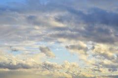Пасмурные, красочные небо и облака Стоковые Изображения RF
