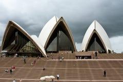 пасмурные небеса Сидней оперы дома вниз стоковое фото rf