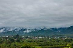 Пасмурные облака над городом Стоковое Изображение