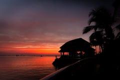 Пасмурный апельсин и заход солнца моря тропический Стоковые Изображения