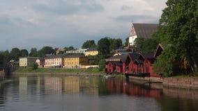 Пасмурный вечер в июле на реке Porvoonjoki Старое Porvoo, Финляндия сток-видео