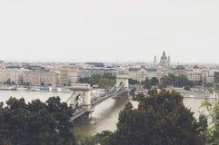 Пасмурный взгляд Будапешта на известном мосте от Buda наиболее высоко Стоковые Изображения RF