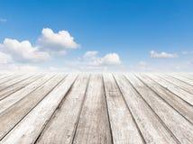 Пасмурный голубого пол неба и древесины Стоковые Фото