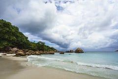 Пасмурный день в рае на anse Лацие, praslin, Сейшельские островы 5 стоковые фотографии rf