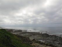 Пасмурный день на скалистом пляже деревни Haga-Haga, Южная Африка Стоковые Фото
