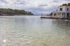 Пасмурный день в Cala Santandria, к югу от Ciudadela, Minorca, Менорка, Балеарские острова, Испания Стоковые Изображения