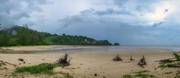Пасмурный день и пляж Стоковые Фотографии RF