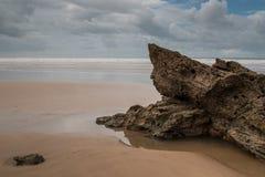 Пасмурный день на береге океана Стоковые Фото