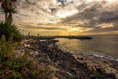 Пасмурный заход солнца над береговой линией острова Тенерифе, Испании Стоковые Изображения