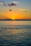 Пасмурный заход солнца над океаном в Мальдивах стоковая фотография