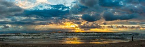 Пасмурный заход солнца на пляже Стоковая Фотография RF