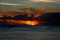Пасмурный заход солнца на пляже Стоковая Фотография