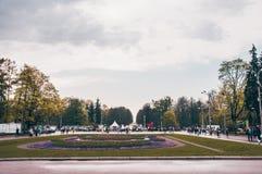 Пасмурный парк города дня весной Стоковые Изображения RF