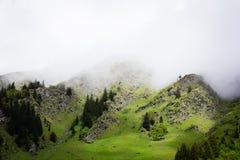 Пасмурный туман горы поверх горных вершин стоковое изображение rf