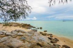 Пасмурный seascape с скалистым берегом на острове Samui, Таиланде Стоковое Изображение