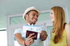 Паспорт и билет на самолет показа человека к девушке стоковые изображения