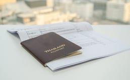 Паспорт Таиланда с необходимыми документами применяется для визы принятой в Бангкок, Таиланд стоковые фотографии rf