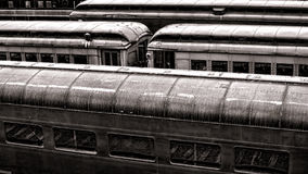 Пассажирские автомобили рельса год сбора винограда в старом вокзале Стоковое Изображение RF