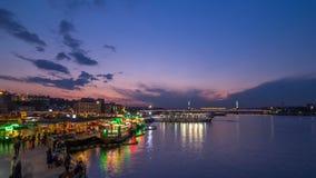 Пассажирские паромы в золотом рожке после дня захода солнца к timelapse ночи, горизонту Стамбула, Турции сток-видео