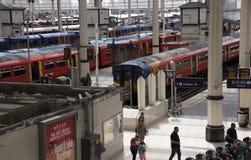 Пассажирские поезда на станции Великобритании Лондона Стоковое Изображение