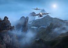 Пассажирские самолеты летая низко над горами на ноче Стоковые Изображения