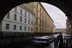 Пассажирский корабль на пазе зимы канала в Санкт-Петербурге стоковое изображение rf