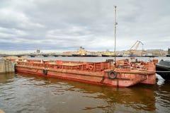 Пассажирский корабль плавая на реку к солнцу Ветрила корабля вдоль реки Neva Санкт-Петербург Стоковая Фотография RF