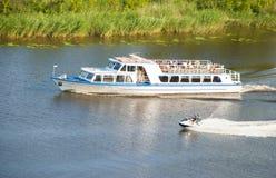 Пассажирский корабль и моторные лодки на реке Стоковая Фотография