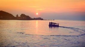 Пассажирский корабль плавая на реку на заходе солнца Стоковое Изображение