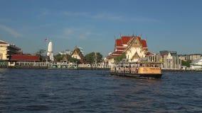Пассажирский паром на буддийском виске Chao Река Phraya, Бангкок