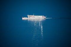 Пассажирский паром ноги отражательный на поверхности озера Стоковая Фотография