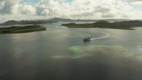 Пассажирский паром среди островов и лагун акции видеоматериалы