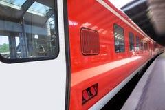 Пассажирский поезд быстро проходя через вокзал Стоковое Изображение RF