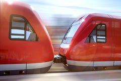 Пассажирский поезд быстро проходя через вокзал Стоковая Фотография