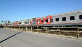 Пассажирский поезд в движении поезд бака России навальных железных дорог сырой нефти компании русский Стоковое Изображение