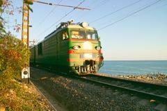 Пассажирский поезд на предпосылке моря Стоковое Изображение RF