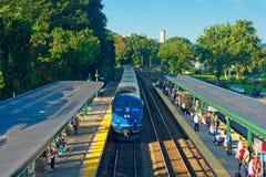Пассажирский поезд приезжая на станцию стоковые фотографии rf