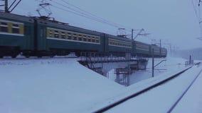 Пассажирский поезд в движении на мосте видеоматериал