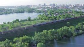 Пассажирский поезд едет в городок видеоматериал